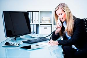 Jobvermittlung Heilbronn: Bürofrau am telefonieren