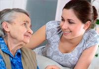 Pflegekraft mit Rentnerin