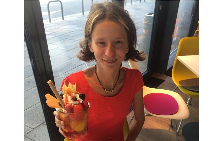 Krisztina J. beim Eis essen